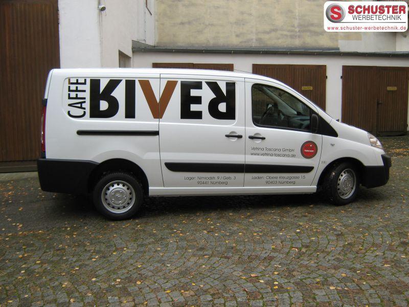 Auffallende Autobeschriftung mit Folienbeschriftung für CAFFE RIVER
